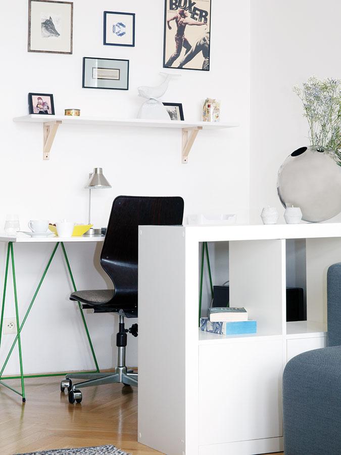 Spolu aj oddelene. Priestor pre pracovný kútik vyčlenili vobývačke nábytkom. Ani tu nechýba obľúbený dizajnový kúsok – vintage pracovná stolička Flototto – adoplnky, ktoré potešia srdce.