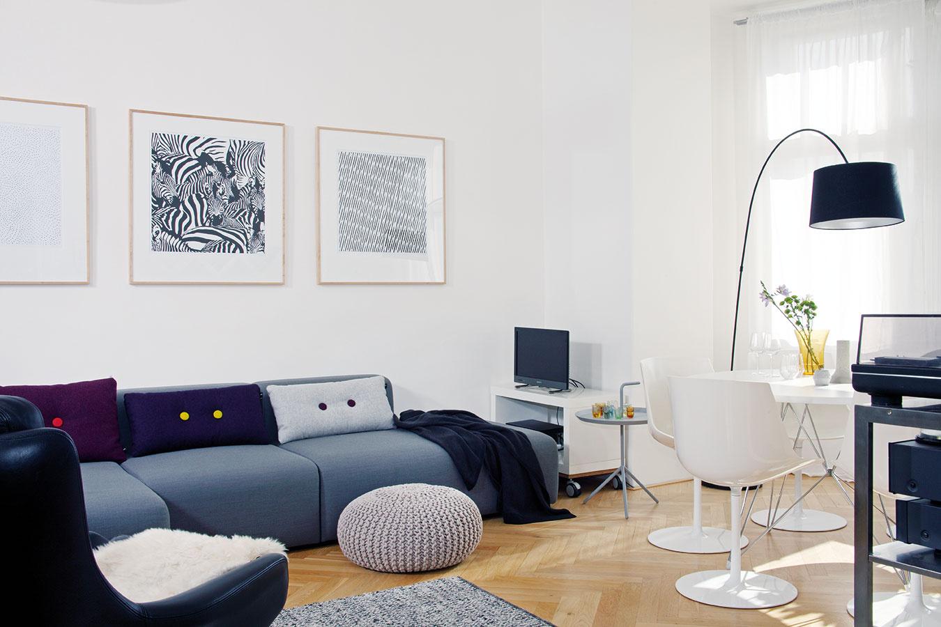 Obývačka, kde sa žije. Už na pohľad pohodlné aútulné miesto znej robí sedačka od dánskej značky Hay, ktorá patrí kMáriinej obľúbenej dizajnovej klasike. Perfektne sem zapadol aj jedálenský stôl využívaný pri rodinných oslavách anávštevách.