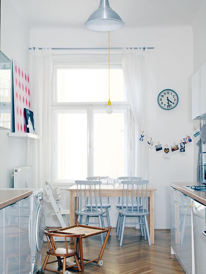 So severským pôvabom. Vporovnaní sostatnými miestnosťami nie je kuchyňa veľká asamostatnosť ju tiež pripravila odojem vzdušnosti. Je zariadená najmä prakticky. Drevo, zladená svetlá farebnosť sbielym základom azopár milých doplnkov znej však urobili veľmi príjemný priestor.