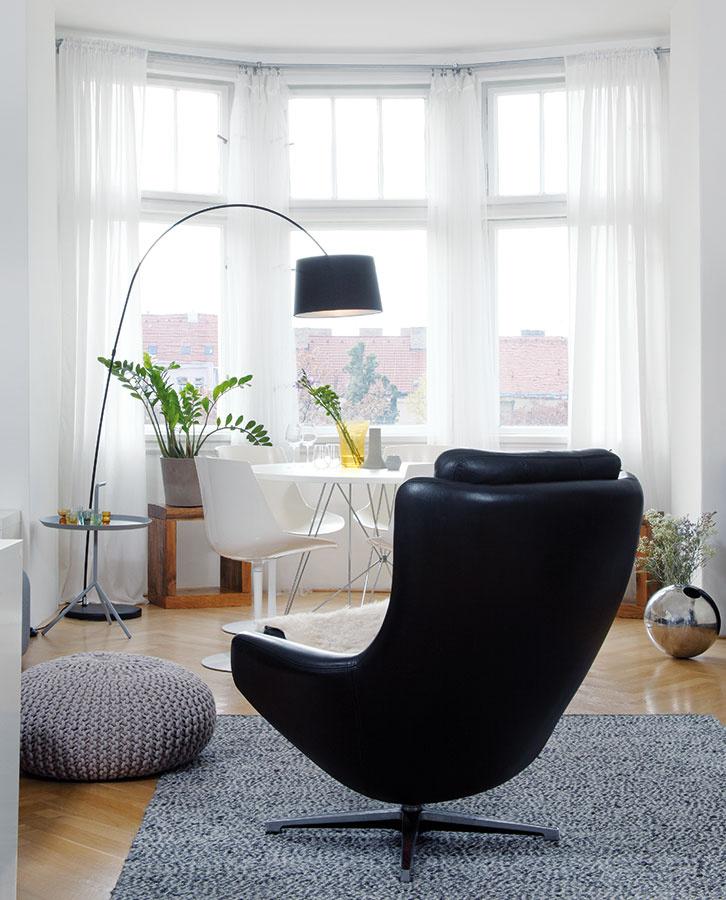 Obľúbená klasika. KMáriiným obľúbeným kusom nábytku patrí aj kožený ušiak od fínskej značky Peem (autentický retro dizajn priznáva korene v60. rokoch minulého storočia) aplastové jedálenské stoličky od MDF Italia.