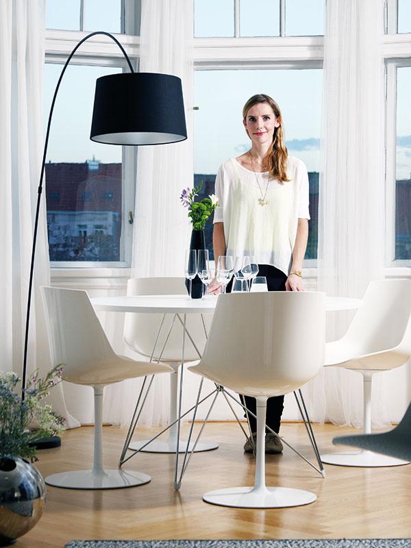 Mária Čulenová-Hostinová  Dizajnérka pôvodom zBratislavy vyštudovala Vysokú školu umeleckopriemyselnú vPrahe, kde dnes žije atvorí. Po pôsobení vkreatívnom dizajnérskom štúdiu Suprodesign momentálne pracuje pre spoločnosť Lasvit, kde vytvára návrhy sklenených plastík ainštalácií. Popritom funguje ako kreatívny spolutvorca značky detského oblečenia IceIce Baby. www.lasvit.com, www.iceicebaby.cz