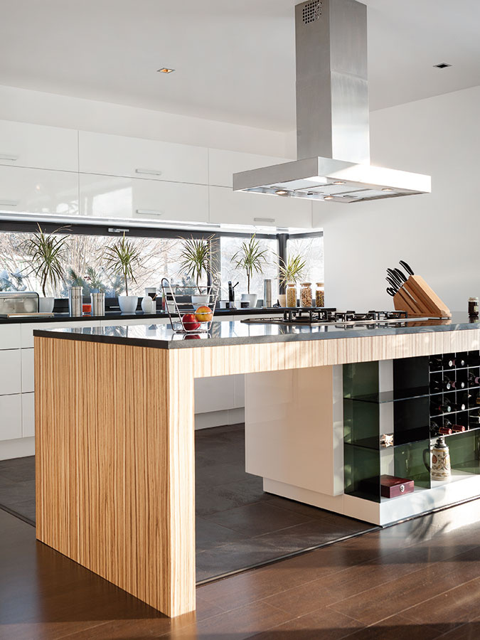 Hlavný obytný priestor je vduchu dnešných trendov otvorený azaberá podstatnú časť prízemia domu. Na jedáleň plynulo nadväzuje kuchyňa – hranicu zón nenásilne určuje kuchynský ostrov.
