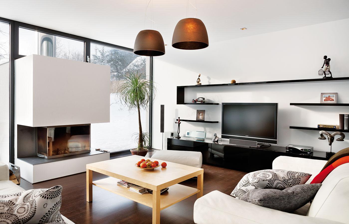 Kombinácia svetlého atmavého dreva si výborne rozumie sbielou. Výsledkom je čistý dojem, ktorý zjemňujú dekoratívne doplnky asvieža zeleň izbových rastlín.