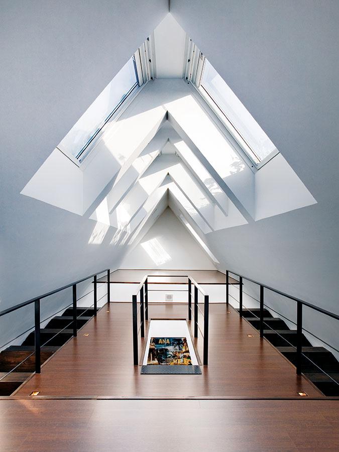 Ako vkatedrále. Impozantný priestor dvojúrovňového podkrovia je zaliaty svetlom vďaka veľkorysému využitiu strešných okien.