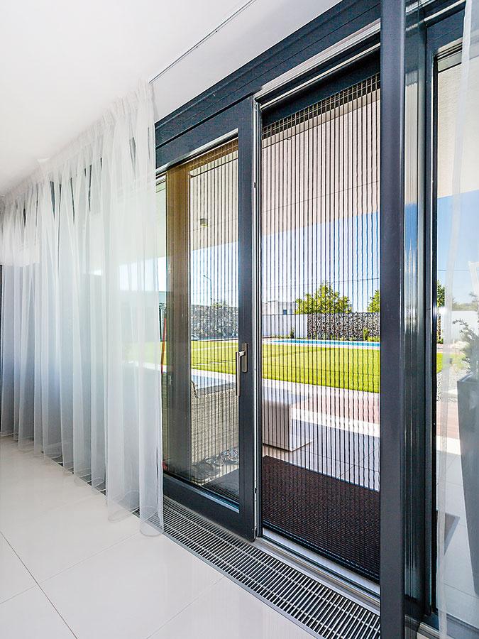 Dôležitou súčasťou dverí vedúcich na terasu je aj ľahko ovládateľná, bezbariérová plisovaná sieťka, ktorá zabraňuje vnikaniu hmyzu do domu.