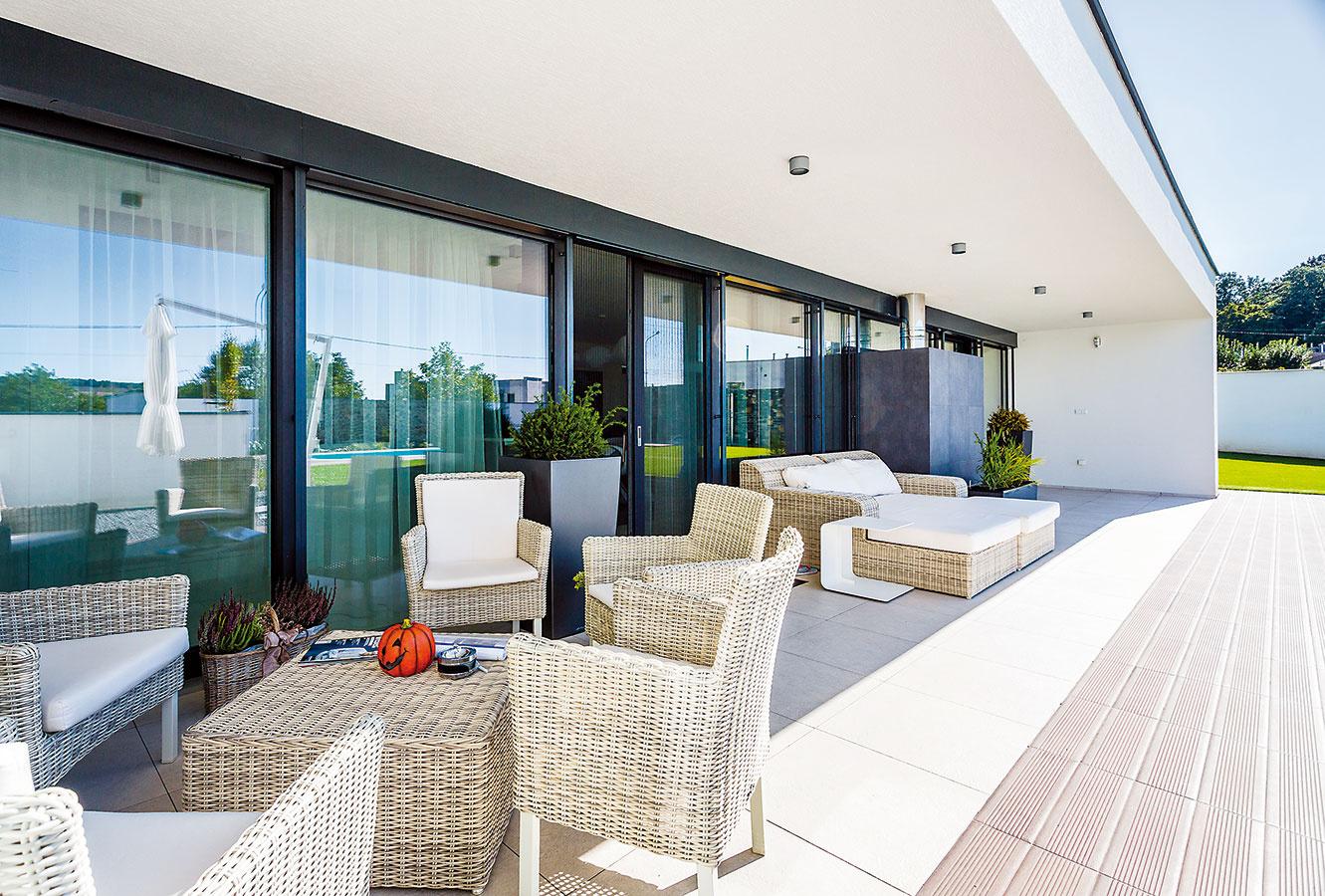 Drevohliníkové okenné rámy šikovne spájajú prednosti dvoch materiálov – hliník zvonkajšej strany zaisťuje odolnosť proti poveternostným vplyvom amechanickému poškodeniu, drevo príjemne dotvára interiér, plní nosnú funkciu azabezpečuje tepelnotechnické parametre.
