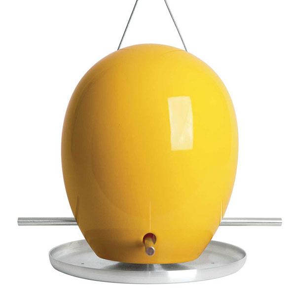 Kŕmidlo Egg Bird Feeder od značky J Schatz, kamenina, hliník, ručná výroba, cca 21,6 × 25,4 cm, osem farieb, 165 $ (asi 153,12 €), www.jschatz.com