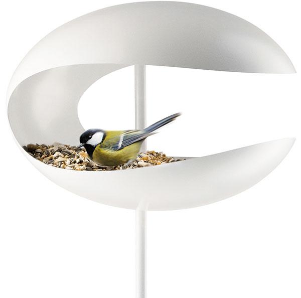 Biele kŕmidlo od značky Eva Solo, dizajn Tools Design, ušľachtilá nehrdzavejúca oceľ, 25 × 17 cm, dĺžka tyče 1 160 cm, v ponuke aj závesný model, 99,95 €, www.kulina.sk