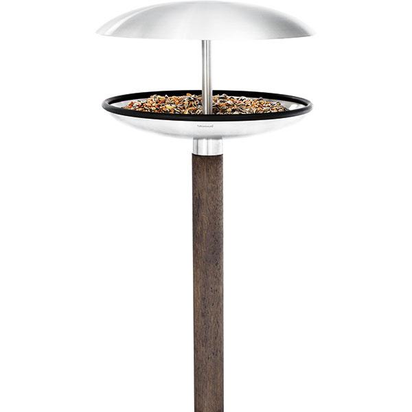Kŕmidlo/napájadlo FUERA od Blomus, nehrdzavejúca oceľ, tvrdé drevo, priemer 25 cm, dĺžka tyče aj s kŕmidlom 131 cm, možnosť odstránenia striešky, 135,46 €, www.kulina.sk