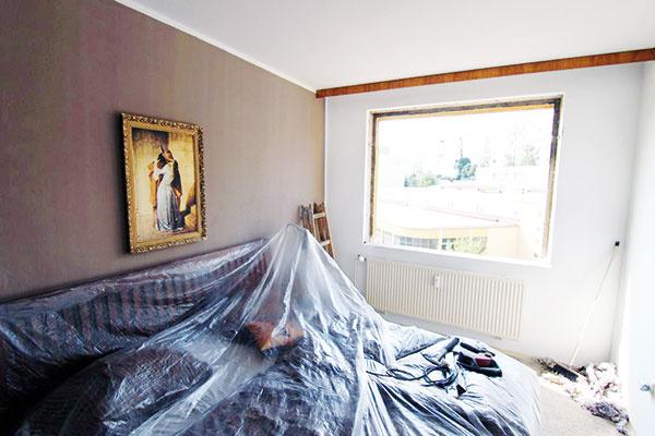 """Celkom na začiatok. Ešte pred odštartovaním celkovej rekonštrukcie vymenili staré netesniace okná za plastové sizolačným trojsklom. Nezabudli ani na izolačné pásky, ktoré sú pre správne atesné osadenie okna dôležité. Na tento detail sa často zabúda alebo sa vrámci šetrenia jednoducho vynechá. Ako však zdôraznil Martin Duchoň, vGreenstudiu nevynechávajú nič:  """"Vtomto prípade sme použili takzvanú aktívnu parozábranovú pásku, ktorá sa aplikuje len zo strany interiéru. Jej fólia mení svoju priepustnosť vodných pár podľa meniacej sa vlhkosti prostredia."""""""