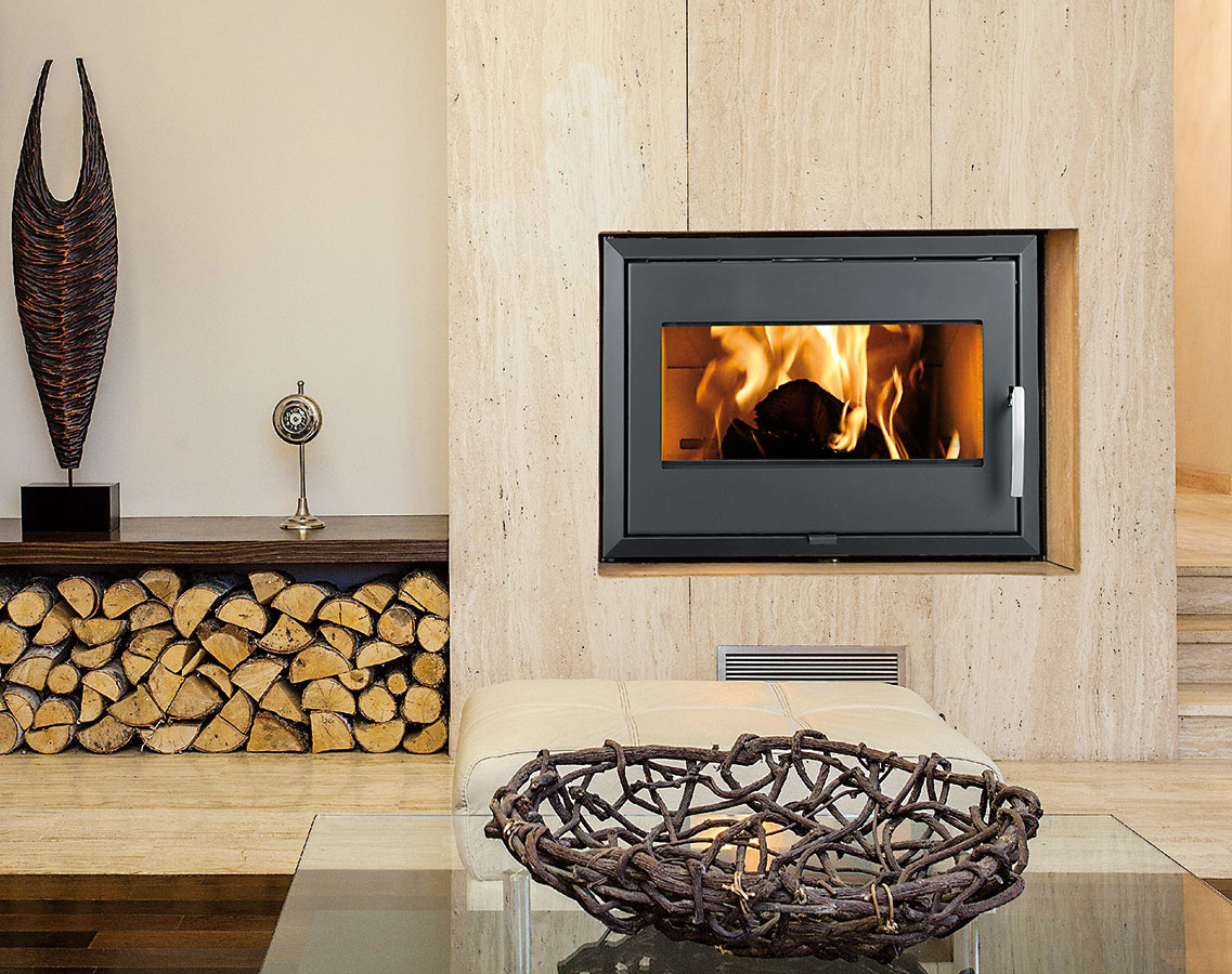 Dôležité je aj kvalitné palivo adodržiavanie zásad správneho kúrenia. Vhodným palivom do kozubovej vložky LANDSCAPE od spoločnosti THORMA je drevo alebo hnedouhoľné brikety. Regulačný rozsah tepelného výkonu: 5,5 – 16,5 kW, výhrevnosť: 120 – 220 m3, rozmery: 818 × 675 × 500 mm, www.thorma.sk