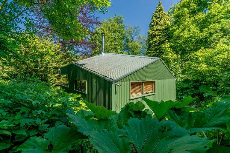 Uprostred lesov vyrástla inšpiratívna chatka pre relax a odpočinok dobrovoľníkov