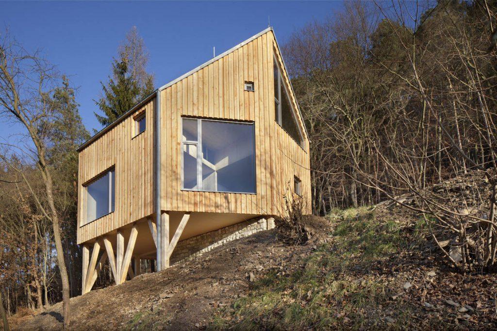 Krásny príklad z Křivoklátska ako zrekonštruovať starú chatu postavenú v CHKO