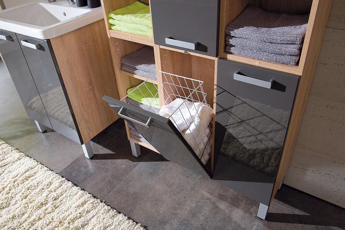 Na praktický nábytok, policovú skriňu alebo regál treba pamätať aj vmalých kúpeľniach. Ideálne sú skrinky pod umývadlo, ktoré navyše ukryjú aj sifón. Modely zavesené na stene alebo stojace na tenkých nožičkách priestor odľahčia. Polica či skrinka siahajúca od podlahy až po strop pojme kozmetiku, uteráky aj čistiace prostriedky. ( kúpeľňa Modulo)