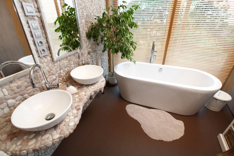 Podlahu vkúpeľni tvorí marmoleum, prírodné linoleum, ktoré vzniká miešaním ľanového oleja, živice, vápenca, drevitej múčky aprírodných pigmentov. Je vodoodolné, ľahko umývateľné, mäkké azároveň veľmi rýchlo dosahuje izbovú teplotu, čím umocňuje pocit tepla apohodu vmiestnosti.