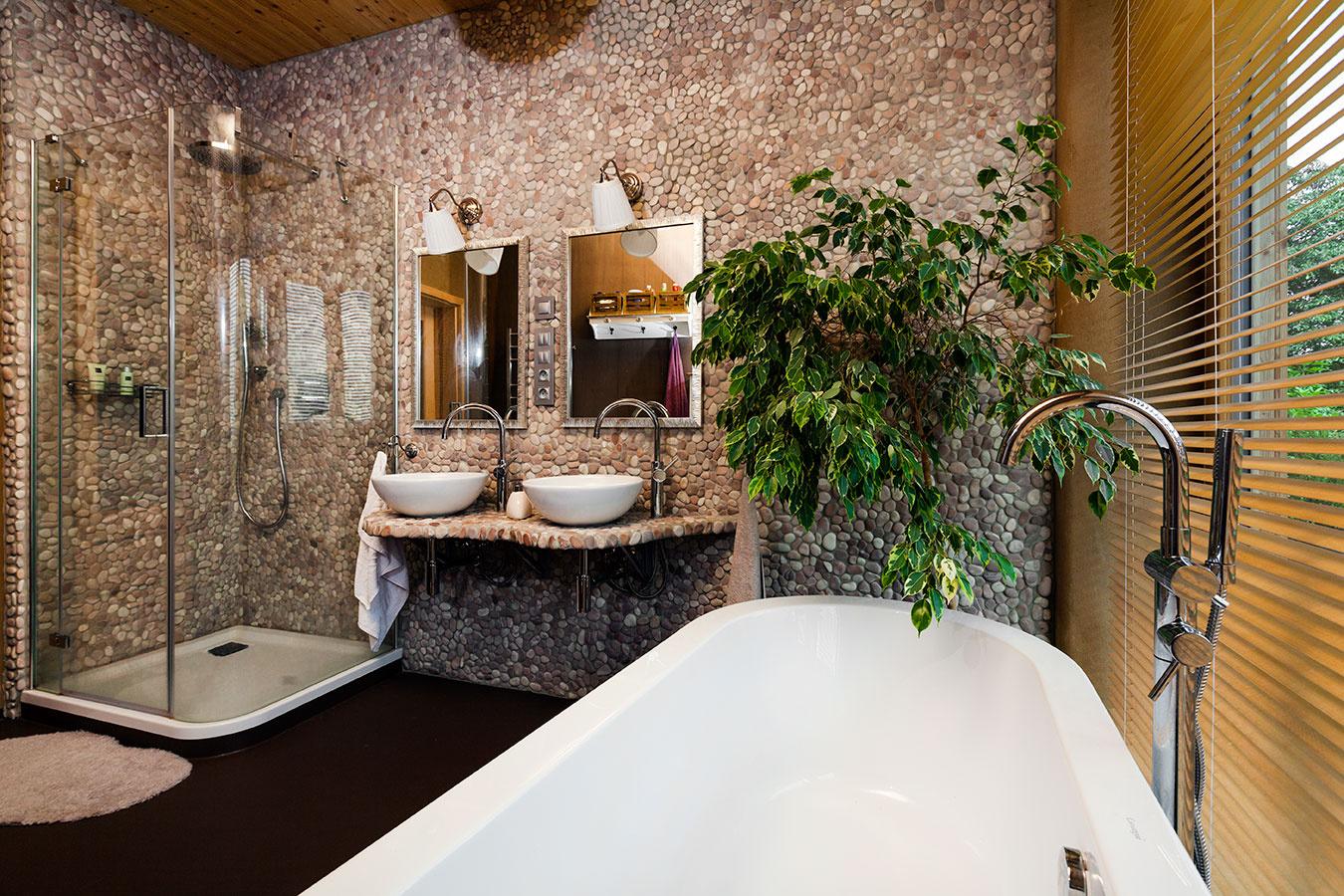 V svojpomocne zariadenej kúpeľni sa snúbia moderné prvky s provensálskym štýlom
