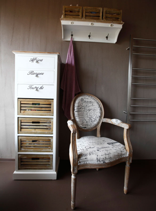 Provensálsky nádych dodávajú zásuvková skrinka anástenná polica, ktoré kombinujú biely náter apatinované drevo. Sviežim akcentom je drevené kreslo so vzorovaným poťahom. Poslúži na odloženie oblečenia alebo aj na relax.