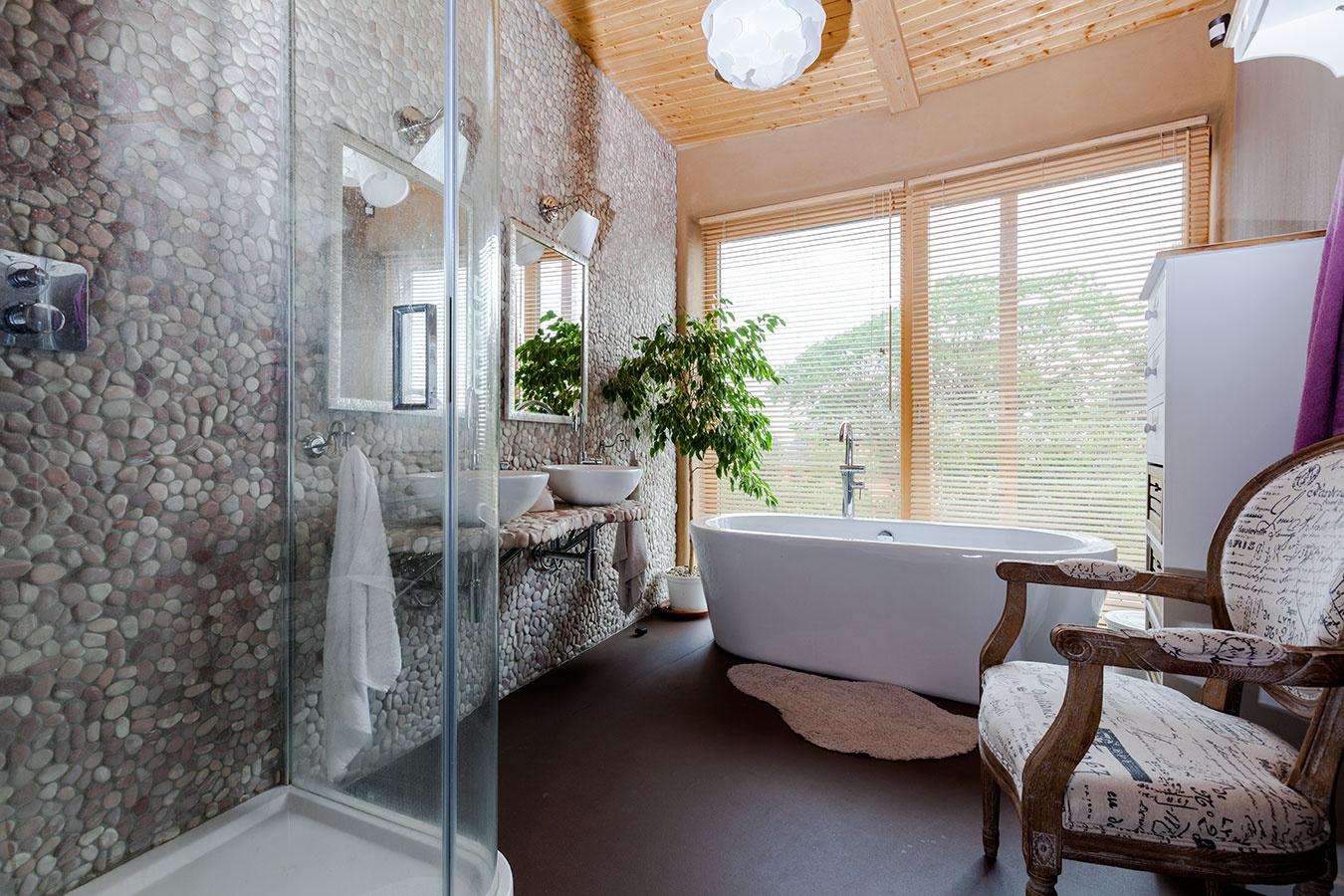 Súčasťou sprchového kúta je aj termostatická batéria, ktorú si veľmi pochvaľujú – teplotu vodu nemusia regulovať, ale si ju vopred nastavia, čím ušetria vodu aj energiu. Počiatočnú vyššiu investíciu teda rozhodne neľutujú.