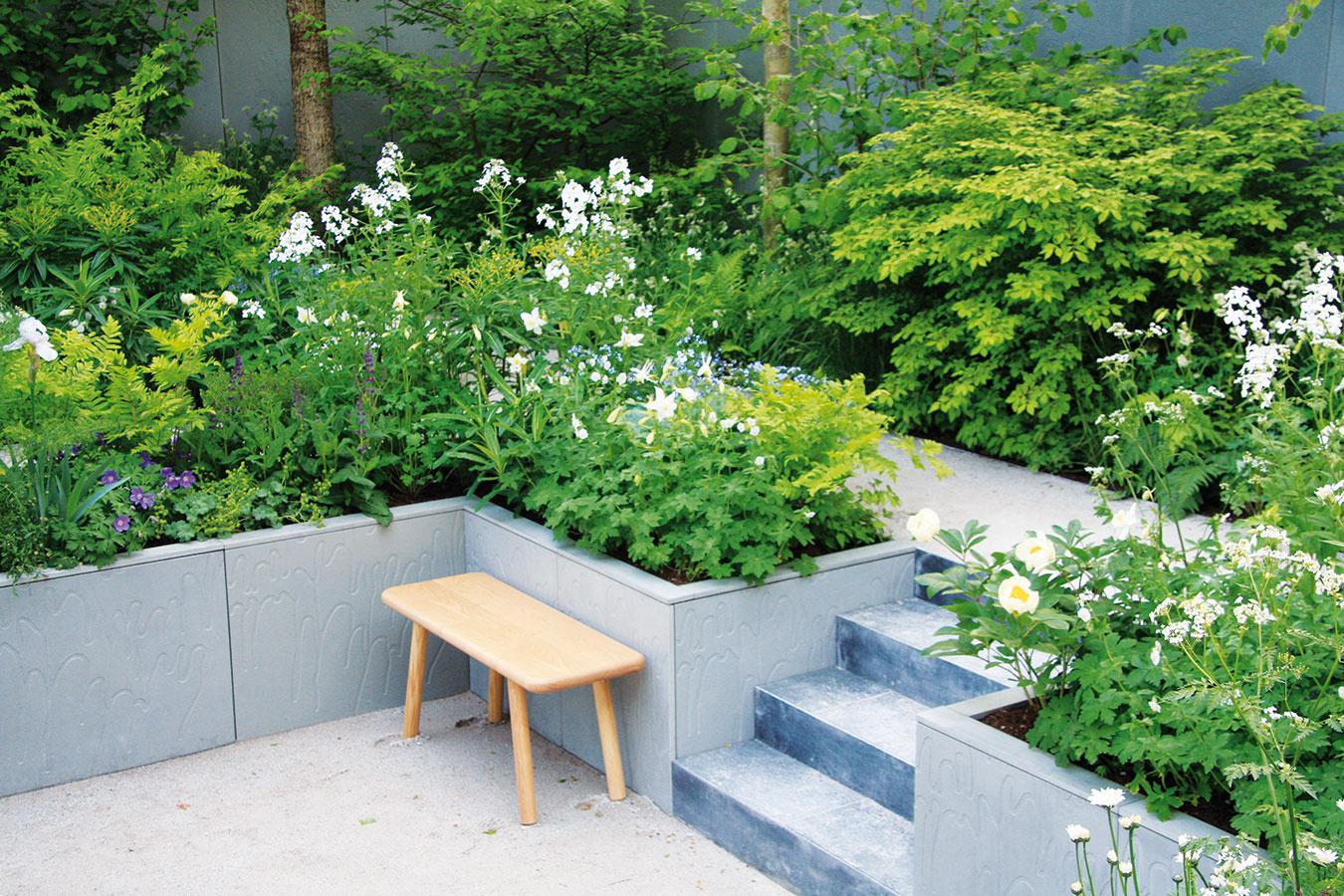 Základné pravidlá pri tvorbe záhrad zostávajú nemenné, každý rok ale prináša nové trendy, podobne ako vmóde či interiérovom dizajne. Svoju záhradu môžete poňať napríklad absolútne tradične adoplniť ju jedným či viacerými aktuálne trendovými prvkami – použitím konkrétnych rastlinných druhov, farebnosti alebo materiálu. Iným prístupom je vytvoriť celú záhradu vich duchu. Jedným ztakýchto prístupov sú vsúčasnosti obľúbené záhrady, ktoré predstavujú akési rozšírenie interiéru domu − slúžia na oddych arelax, kúpanie ačasto sa tu nachádza aj plne vybavená exteriérová kuchyňa či pracovisko. Vkurze sú tiež záhrady, ktoré pomáhajú eliminovať stres, čo možno docieliť najmä správnym výberom rastlín.