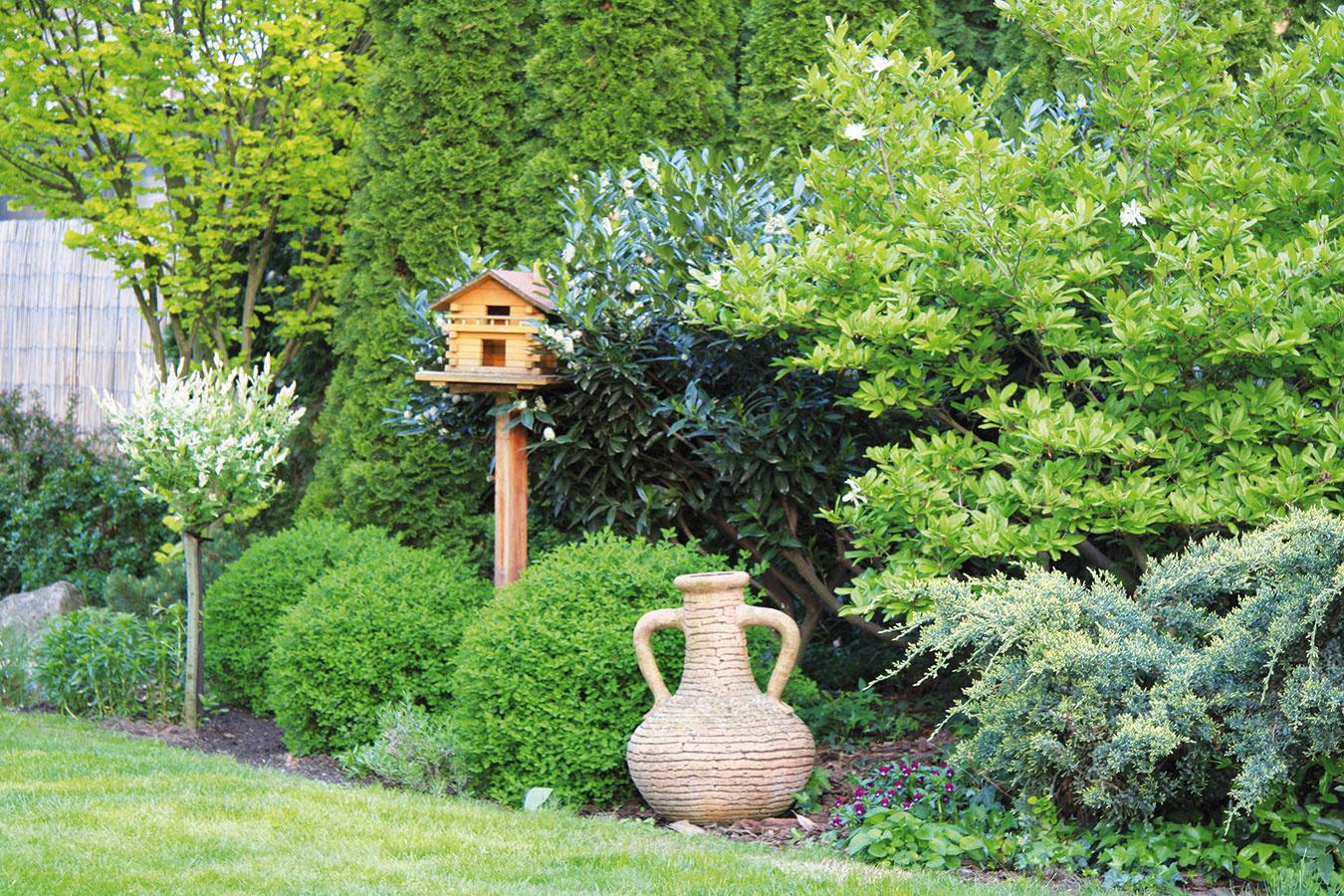 Výber dekorácií predstavuje pomyselnú bodku za budovaním záhrady. Ich sortiment je vsúčasnosti naozaj pestrý aurčite si vyberú milovníci rozmanitých štýlov. Mnohé dekorácie sú už naozaj kvalitne povrchovo upravené, atak môžu zostať vzáhrade počas celého roka. Pri ich výbere sa oplatí držať pravidla menej je viac asmnožstvom dekoratívnych predmetov to určite nepreháňať. Jedna vkusná hodnotnejšia dekorácia alebo umelecký predmet vpodobe sochy alebo plastiky vynikne oveľa viac ako veľké množstvo nesúrodých  drobností. Srozvahou treba pristupovať kvoľbe záhradného nábytku. Skôr sa oplatí investovať do kvalitnejšej súpravy od overeného dodávateľa, ktorá vám vydrží dlhé roky. Aj pri výbere nábytku myslite na celkový charakter záhrady.