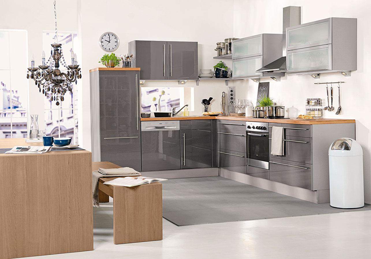 L je overený tvar kuchynskej linky. Obľube sa teší najmä votvorených denných častiach, kde sa kuchyňa spája sjedálňou aobývacou izbou.