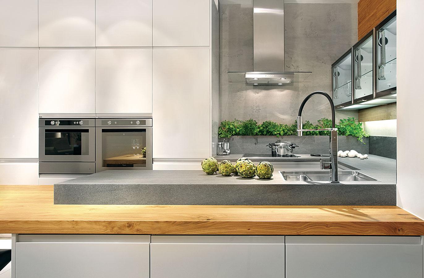 Linka vtvare Unemusí vždy kopírovať steny kuchyne. Jedno jej rameno môžete pokojne od jednej zo stien odsadiť, čo kuchyňu prirodzene prepojí sjedálenskou časťou. (foto: Sykora, predáva Domoss)