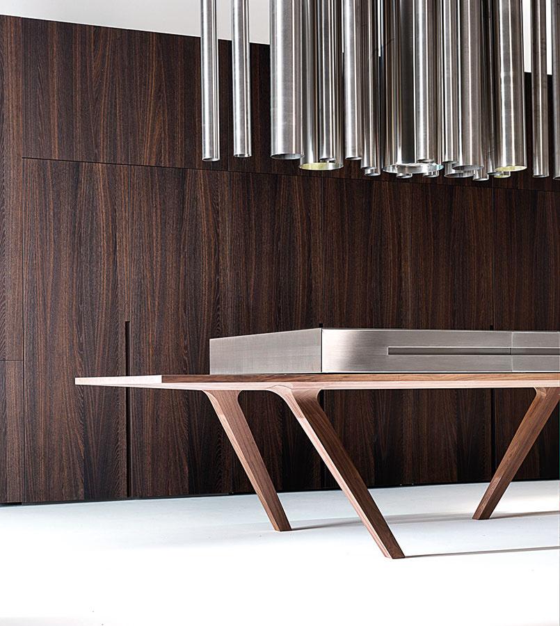 Kuchyňa 21. storočia môže byť poňatá aj značne futuristicky. Stolový ostrov svarnou doskou dopĺňa štýlový odsávač. Zvyšok je skrytý za výsuvnými dvierkami.