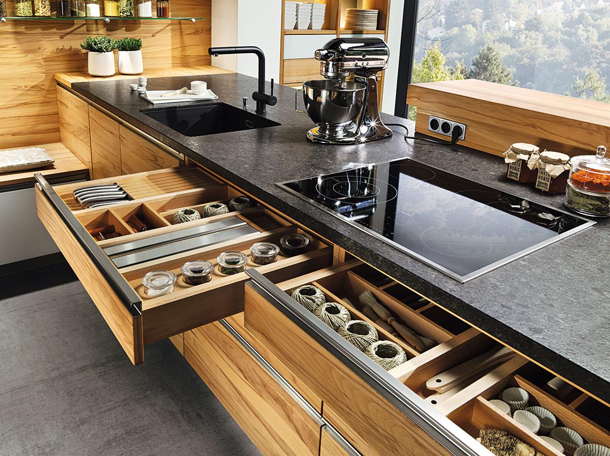 Vnútorné vybavenie kuchýň dnes ponúka priestor nanaozaj všetky kuchynské nevyhnutnosti aj na všetko, čo vytiahnete len raz za čas. Rozhodujúcim faktorom sú potom už len vaše finančné možnosti, keďže rôzne organizéry apríborníky dokážu značne navýšiť rozpočet.