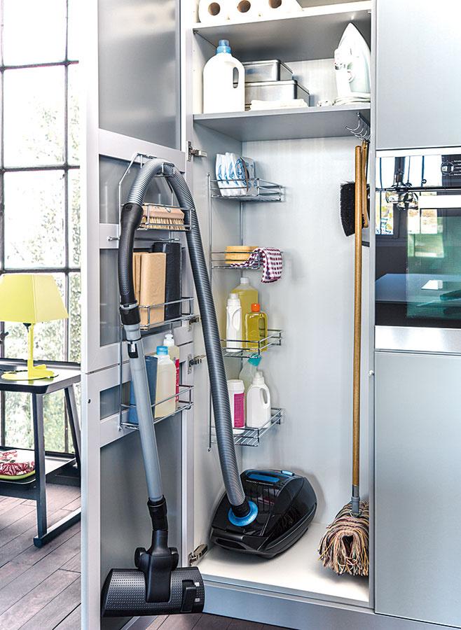 Vkuchyni treba nájsť miesto nielen na všetky čistiace prostriedky, ale aj na ďalšie nevyhnutnosti, ktoré sú vdomácnosti potrebné – vysávač, metla či mop, prípadne žehlička. Výbornými pomocníkmi sú rôzne závesné systémy adržiaky.