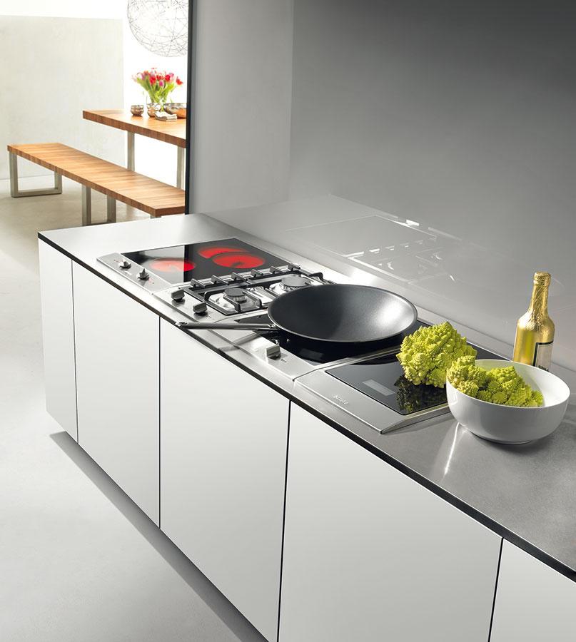 Varné centrum nemusí tvoriť iba varná doska arúra. Zaujímavou možnosťou je variabilný systém CombiSet od spoločnosti Miele –umožňuje kombinovať indukčné, elektrické či plynové varné dosky sozabudovaným tepanom, indukčným wokom, grilom, fritézou, či dokonca kuchynskou váhou.