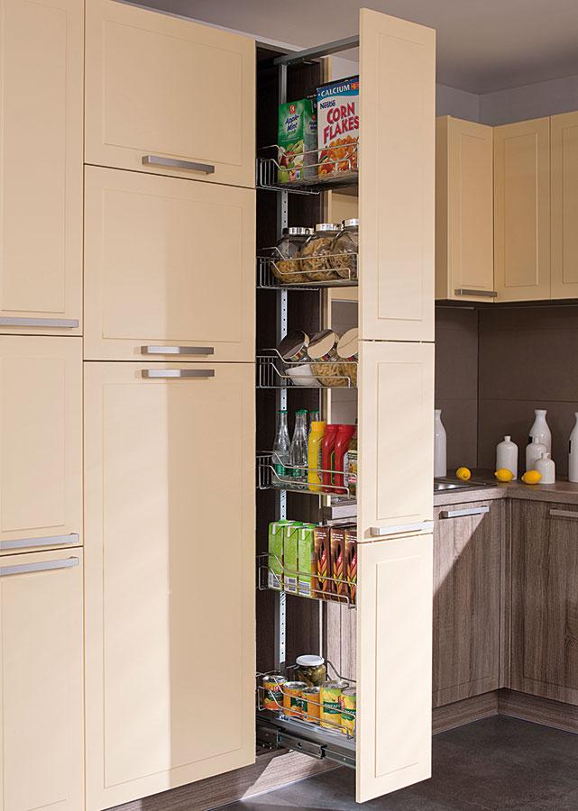 Potravinová skriňa je praktickým riešením najmä vdomácnostiach, ktoré nemajú komoru. Môže mať rôzne podoby aj veľkosti. Výsuvný systém zdrôtených košov prístupný zoboch strán zabezpečí komfortný prístup aj absolútny prehľad.