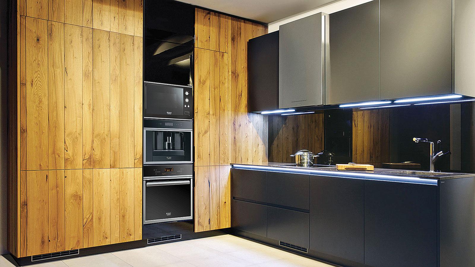 Zaujímavým riešením sú kuchyne, ktoré prepájajú nielen rôzne farby, ale imateriály. Dizajnéri sa neraz postarajú aj oskutočnú lahôdku – časť kuchynskej linky môže byť napríklad vyrobená zo 150-ročných dubových trámov.