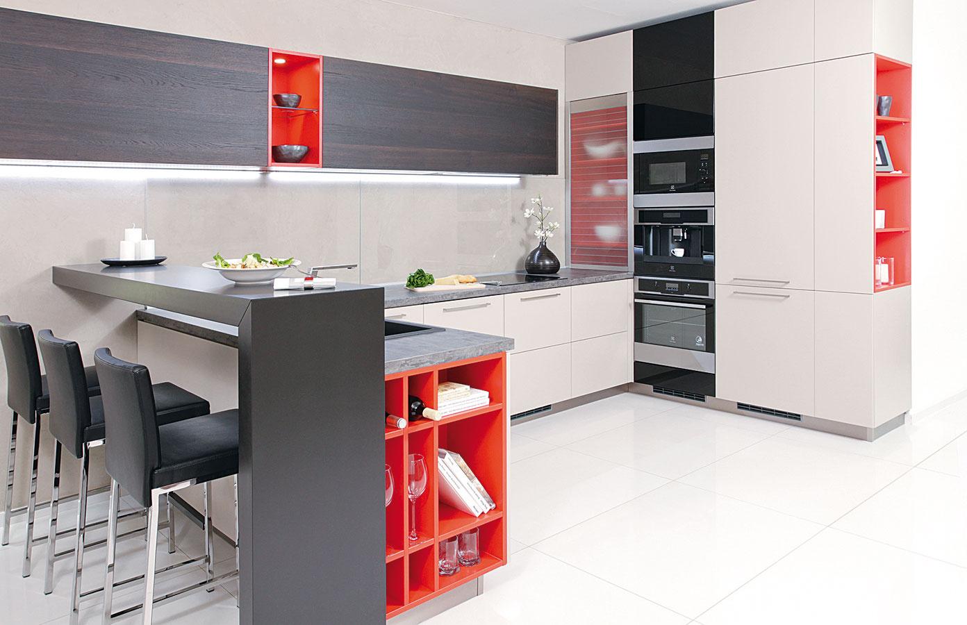 Ohnivá červená vnesie do sivej kuchyne dynamiku. Ak sa rovnaká farebnosť objaví na viacerých miestach, vnesie to do miestnosti súlad.