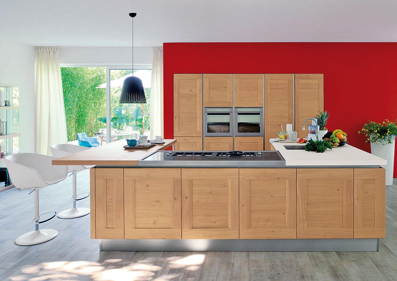 Kuchynská linka vnenápadných farbách má veľa výhod. Dynamiku ahravosť vnesú do priestoru farebné steny. Neoceniteľným pozitívom je, že ich môžete hocikedy premaľovať, čím získa kuchyňa nový výraz.