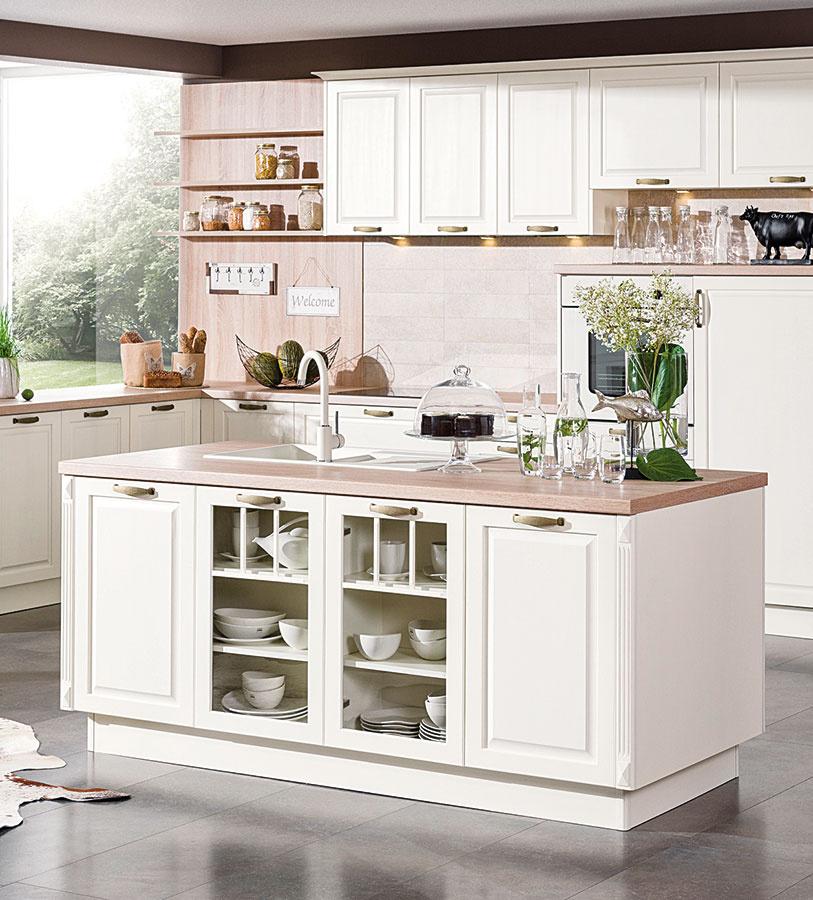 Tradične ladenej kuchyni vanilková farba dvierok asvetlá pracovná doska pristanú. Príjemným akcentom je tmavšia veľkoformátová dlažba.
