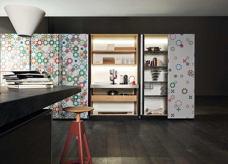 Trendovým riešením je ukryť celú kuchyňu aj so spotrebičmi adrezom priamo za kuchynské dvierka či skôr dvere. Vo väčších priestoroch ich možno doplniť nápaditými pestrofarebnými vzormi.