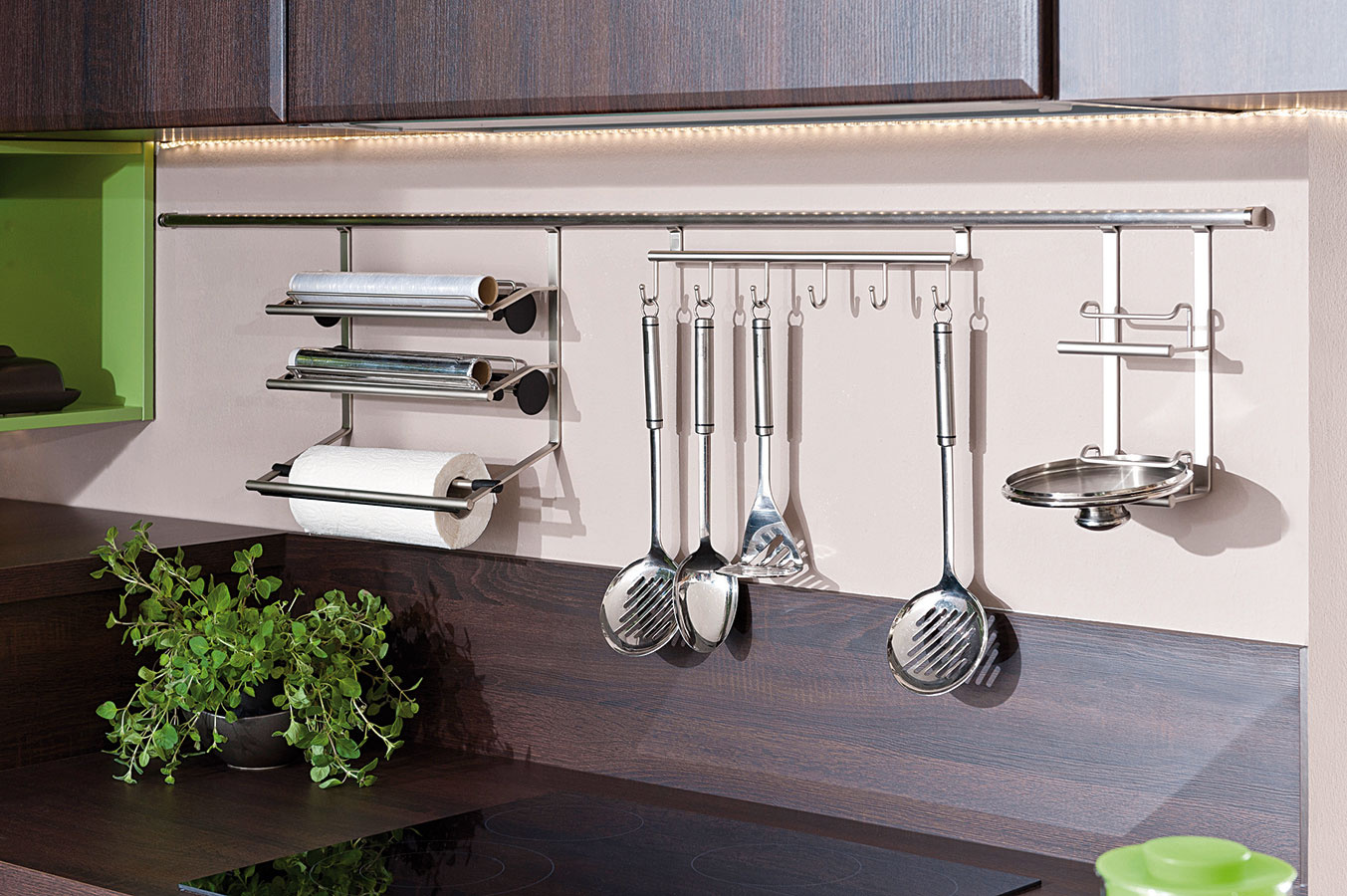 Kuchynské náčinie, doplnky či pokrievky môžu visieť aj na špeciálnych organizéroch azávesných systémoch upevnených na kuchynskej zástene. Výhodou je ich dekoratívny charakter. (foto: Decodom, kuchyňa Carmen)