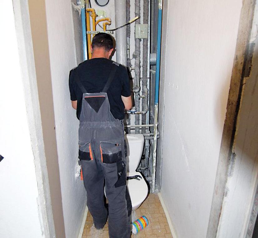 Prvý deň rekonštrukcie. Povysťahovaní avyčistení bytu sa majstri pustili do úprav hlavných rozvodov, aby ich pripravili na napojenie novej vodoinštalácie. Zároveň sa vhale vybúral vminulosti populárny oblúk, demontovali sa všetky zárubne azarovnali dverné otvory.