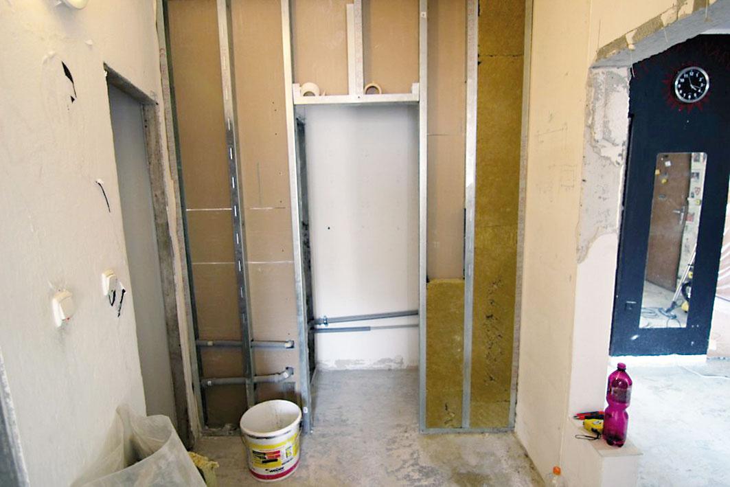 Druhý deň sa začalo svýstavbou sadrokartónových konštrukcií. Vkúpeľni odstránili obklady ademontovali vaňu aumývadlo. Je tak pripravená na nový vzhľad.