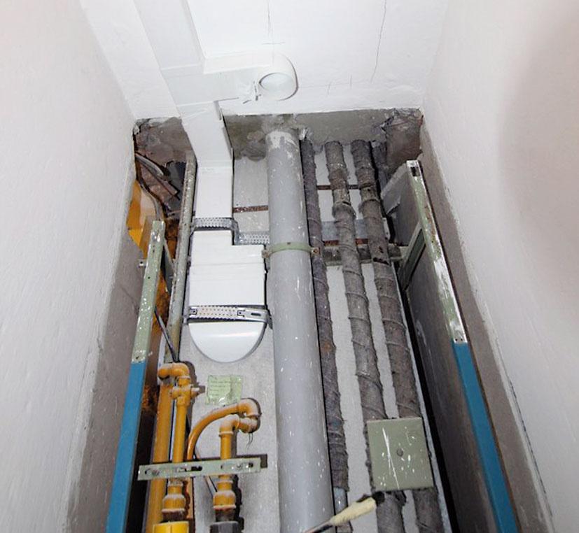 Štvrtý apiaty deň. Vpráčovni býva vlhko, preto sa bude vlhkosť odvádzať pomocou ventilátora do vetracej šachty. Nové vzduchotechnické rozvody urobili aj vkúpeľni ana WC. Na vetraciu šachtu ich napojili cez spätnú klapku, aby do bytu neprenikli pachy zo šachty.