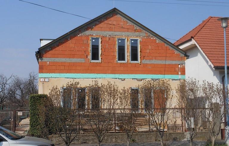 Pohľad na rozostavaný dom od ulice