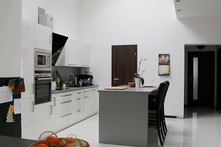 Kuchyňa je presvetlená strešnými oknami.