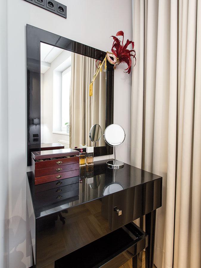 Pri okne vedľa vstavaných skríň nechala architektka miesto aj na šik toaletný stolík – rovnako ako niekoľko ďalších kúskov zariadenia je navrhnutý aj vyrobený bytu presne na mieru.