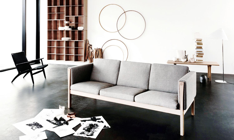 Ikonická sedačka CH163 zportfólia značky Carl Hansen & Søn, ktorú v60. rokoch navrhol dizajnér Hans J. Wegner, zaručene predstavuje dobrú voľbu do každého moderného interiéru. Dostupná je aj ako dvojsedačka. (Predáva Wemal.)