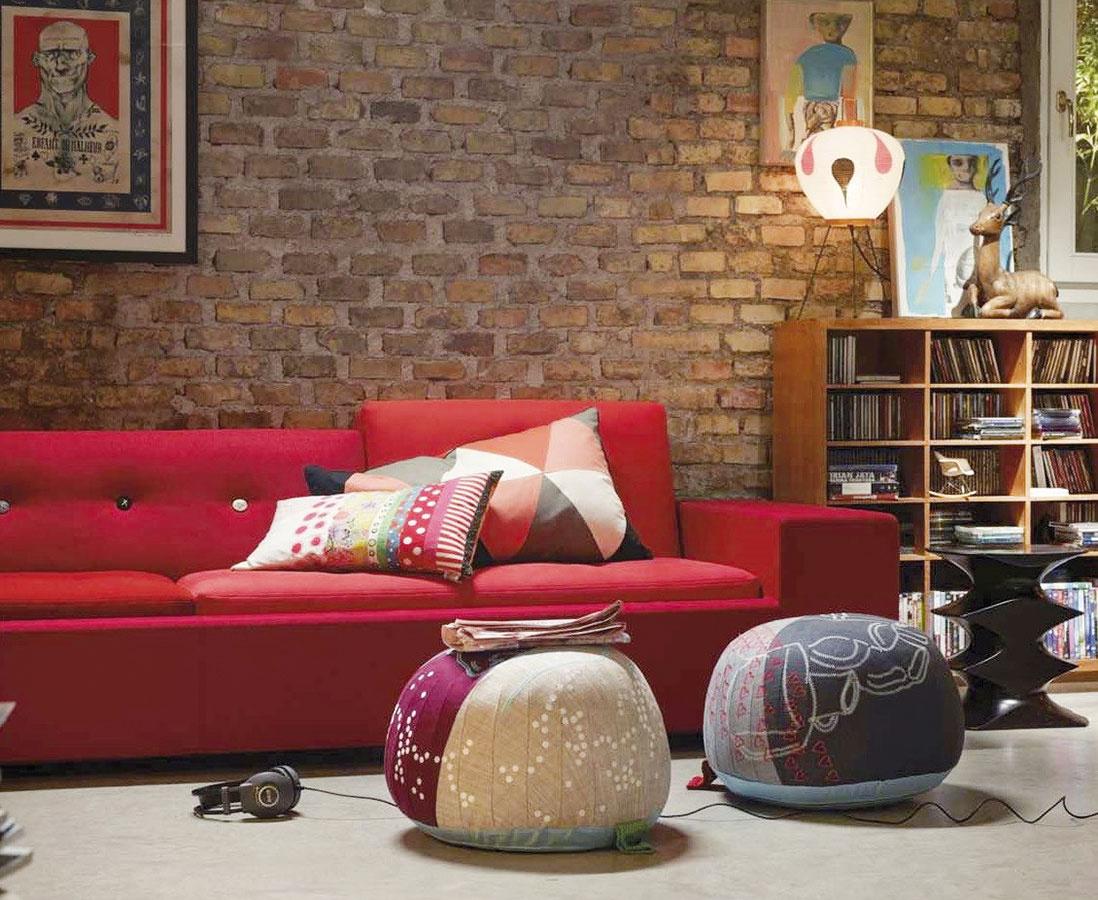 Multifunkčný Bovist od značky Vitra vsebe spája vankúš, stoličku apodnožku. Textilný poťah zviacerých látok dopĺňajú vyšívané vzory. Pomocou pletenej rukoväti ho jednoducho presuniete do inej miestnosti. (Predáva KABINET.)