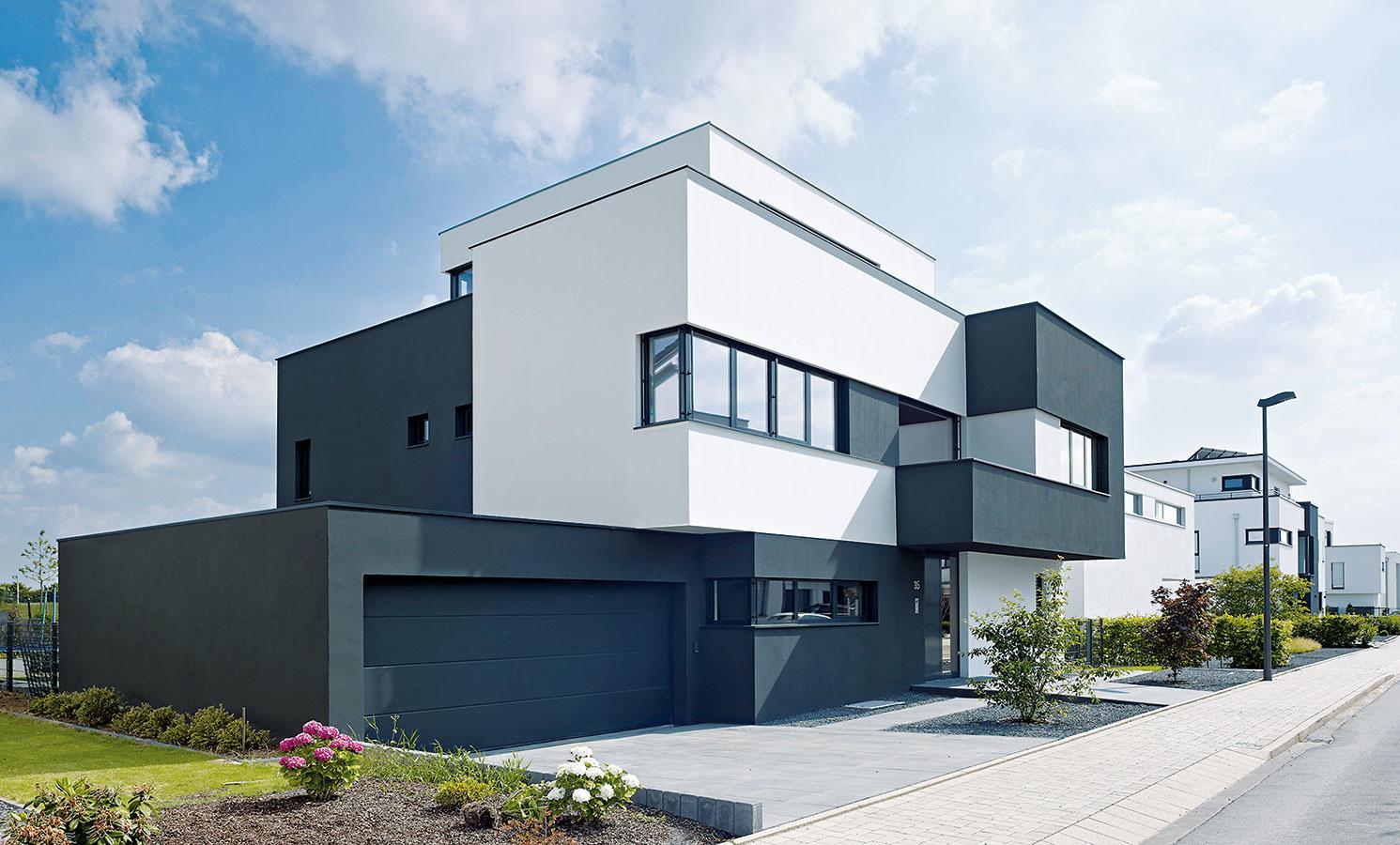 Skulpturálna architektúra. Opôsobivý vzhľad rodinného domu na predmestí Kolína nad Rýnom sa postarala architektonická koncepcia založená na plastickej skulpturálnosti – zo základného hranola srozmermi 12,5 × 13,5 × 6,5 m vyčnievajú ďalšie kubické elementy. (Pohľad zulice)