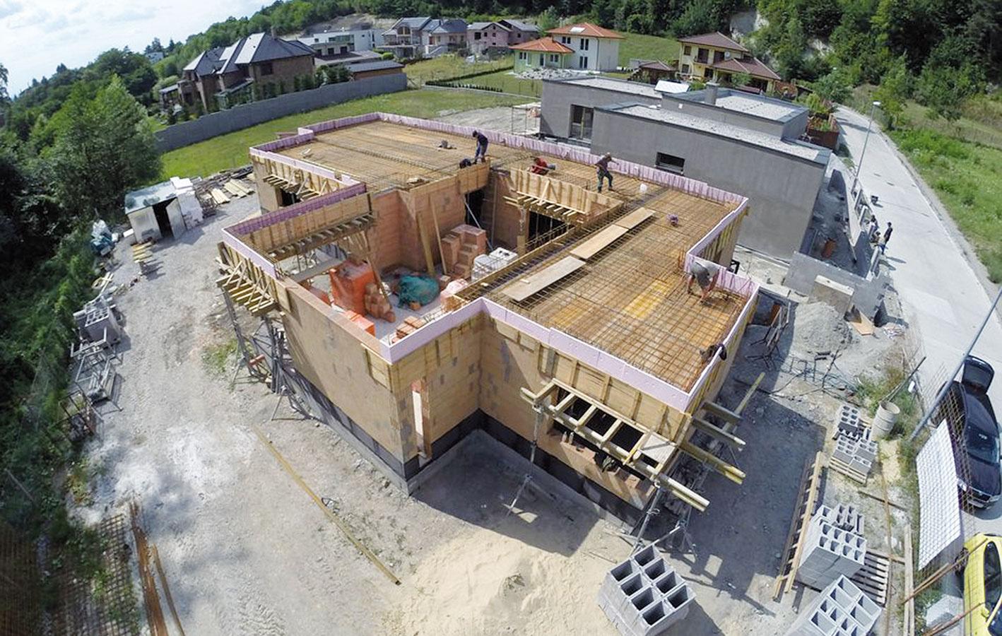 Nízkoenergetický rodinný dom vMarianke je príkladom skutočne precíznej prípravy aj realizácie. Hrubú stavbu prízemného domu s úžitkovou plochou 205 m², vymurovaného zo systému Heluz, zvládla skúsená firma za 4 a 1/2 mesiaca a 130 000 € (vrátane základov). (návrh arealizácia: Greenstudio)
