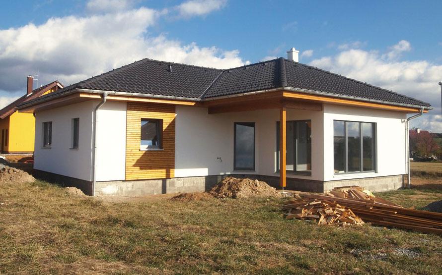 Vyberte si stupeň. Firmy, ktoré dodávajú montované drevostavby, obvykle ponúkajú rôzne stupne dokončenia – od hrubej stavby vrôznych fázach až po úplne dokončený dom vrátane vnútorných povrchových úprav. Pozorne si preštudujte, čo ktorý stupeň obsahuje ačo nie. (typový rodinný dom NOVA 109 od firmy Atrium)