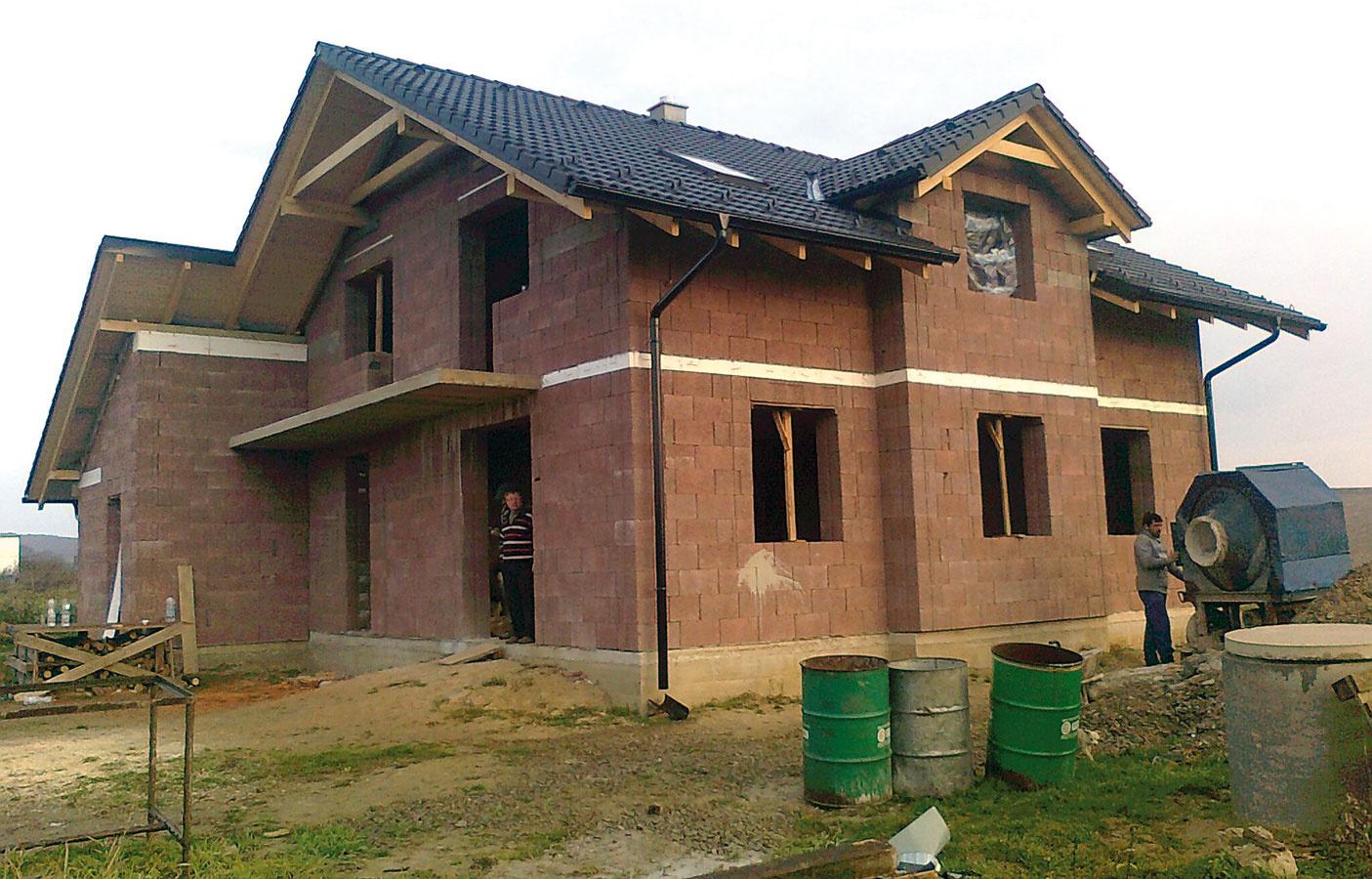 Kombinácia dreva abetónu. Vlastnosti stavebného systému Durisol vyplývajú zkombinácie dreva abetónu – vďaka tvárniciam, ktorých základom je drevná štiepka, má vynikajúce tepelno- azvukoizolačné charakteristiky, masívne betónové jadro zas výborne akumuluje teplo azabezpečuje skvelú statiku. Ukladanie tvaroviek nasucho je rýchle ajednoduché ahoci následná betonáž zvyšuje prácnosť aznižuje rýchlosť výstavby, Durisol sa dodatočne nezatepľuje, čím sa zasa ušetrí veľa námahy ačasu.