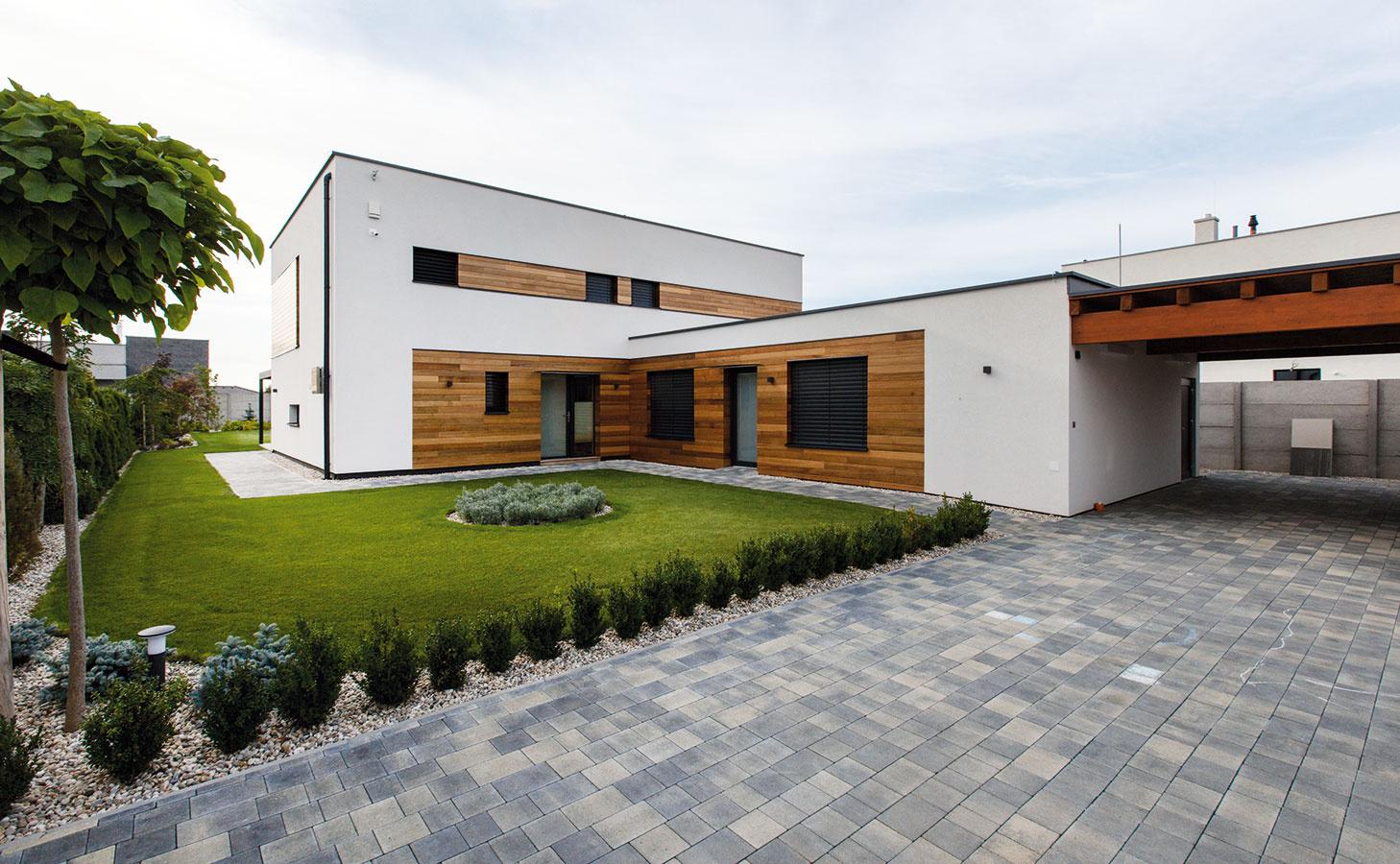 """Kompozíciu fasády, ktorú tvorí odvetrávaný drevený obklad aomietka, upravili architekti podľa predstáv majiteľov. """"Striedaním odlišných materiálov sme chceli fasádu rozčleniť azjemniť,"""" hovorí domáci pán."""